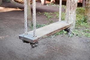close-up de um balanço de madeira foto