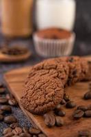 biscoitos com grãos de café em uma placa de madeira
