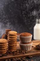 muffins e biscoitos de banana recém assados foto