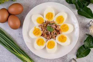 ovos meio cozidos com tomate e cebolinha foto