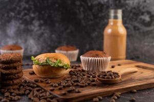 hambúrgueres e cupcakes e grãos de café foto