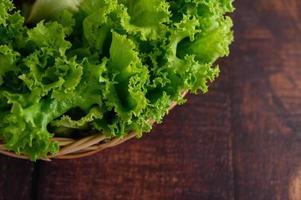alface verde em uma cesta de vime foto