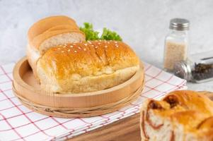 vários pães expostos sobre uma mesa foto