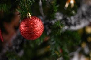 close-up de um enfeite de árvore de natal vermelho foto