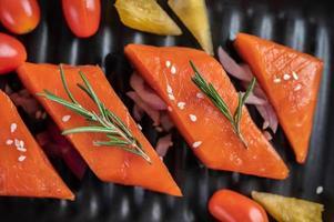 filé de salmão cru com pimenta, kiwi, abacaxi e alecrim