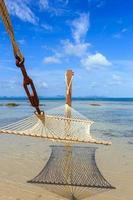 rede entre na praia tropical em Koh Samui foto