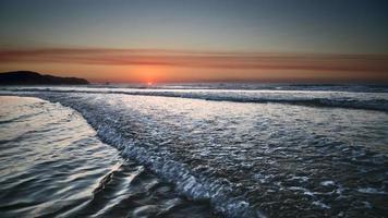 pôr do sol na costa atlântica foto