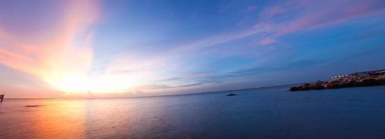 panorâmica bela praia do pôr do sol foto