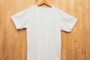 camiseta branca em fundo de madeira