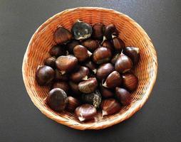 castanhas em uma cesta foto