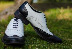 close-up de sapatos preto e branco