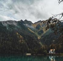 mallorca, espanha, 2020 - casa perto de um lago e montanhas