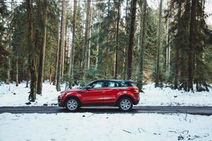 mallorca, espanha, 2020 - suv vermelho em uma estrada durante o inverno foto