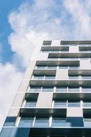 jelgava, letônia, 2020 - arranha-céu branco sob as nuvens
