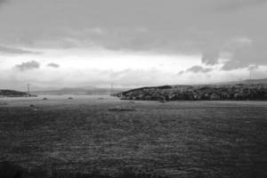 preto e branco de um mar calmo