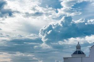 torre branca sob um céu nublado