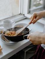 close-up de pessoa cozinhando foto