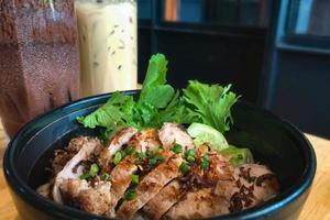 close-up de uma tigela de arroz de porco foto