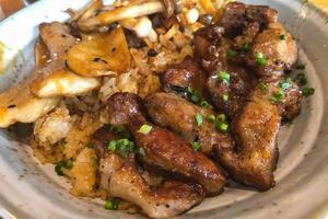 close-up de bife com batatas fritas foto
