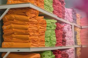 prateleiras com toalhas coloridas