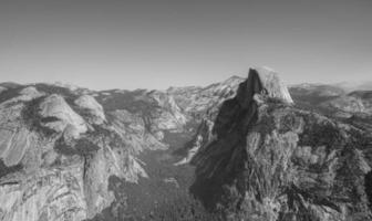 fotografia em tons de cinza de montanhas