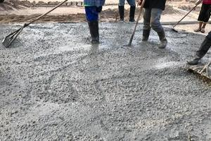 pessoas limpando concreto