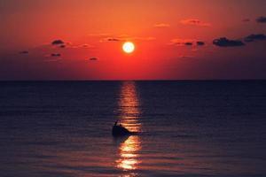 um lindo pôr do sol foto