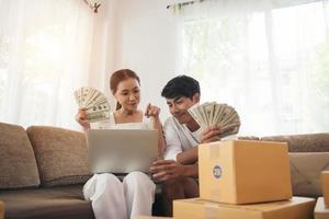 casal feliz no escritório em casa com negócios online