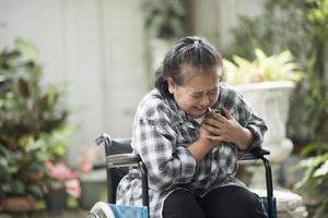 mulher idosa com doença cardíaca sentada em uma cadeira de rodas