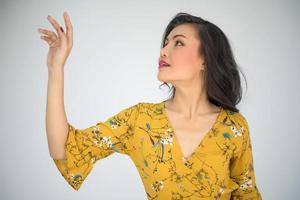 imagem de close-up de uma mulher em um vestido amarelo