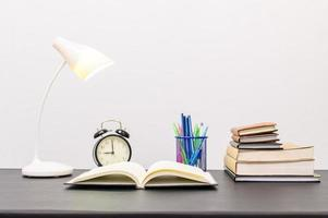 livros e artigos de papelaria na mesa