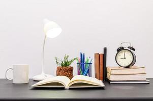 livros e abajur na mesa