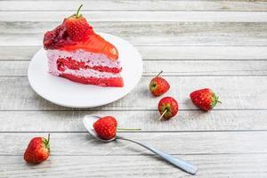bolo de morango e uma colher