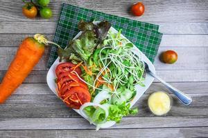 vista de cima de uma salada fresca foto