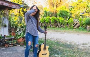 mulher segurando uma guitarra foto