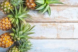 abacaxi em um fundo de madeira foto