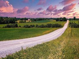 valcourt, quebec, canadá, 4 de julho de 2020 - um caminho que atravessa o campo