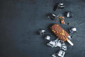 sorvete de chocolate em um fundo preto foto