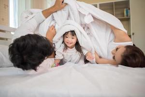 criança feliz com pais brincando foto