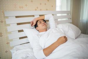 homem dormindo no quarto foto
