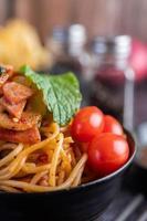 espaguete com tomate e alface foto
