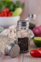 agitadores de sementes de gergelim e pimenta foto