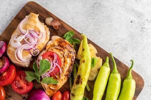 bife de frango com legumes assados foto