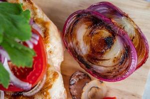 frango e legumes grelhados foto