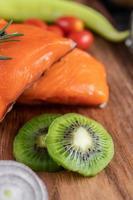 filés de salmão crus com pimenta, kiwi, abacaxi e alecrim