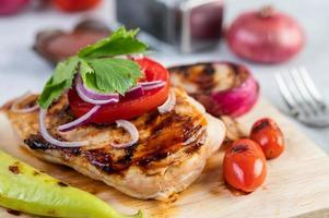 bife de frango com vegetais variados foto