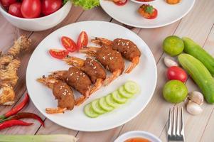 carne de porco embrulhada em camarão foto