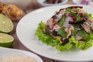 cavala frita coberta com pimenta e hortelã
