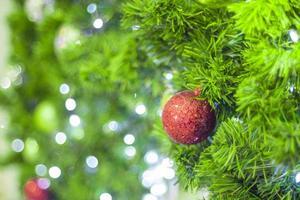 bugiganga vermelha de árvore de natal foto