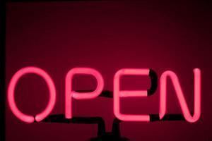 sinal de néon aberto